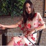 [พร้อมส่ง] เสื้อผ้าแฟชั่นเกาหลี Lady Ribbon's Made เดรสผ้าทูลเลหรือผ้าตาข่ายโปร่ง ที่เพิ่มดีเทลด้วยการปักลายดอกไม้สีแดงสดทั่วทั้งตัว ทรงชุดเดรสจะเป็นเลเยอร์ และกระโปรงเข้ารูป แต่ใส่สบายมากๆ
