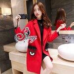 [พร้อมส่ง] เสื้อผ้าแฟชั่นเกาหลี เสื้อโค้ทตัวยาวสไตล์แบรนด์ดังคอปกแขนยาว โทนสีแดง แต่งกระเป๋าประดับลูกเล่น