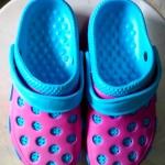 รองเท้าหัวโต สีชมพู-ฟ้า คู่ละ 80 บาท
