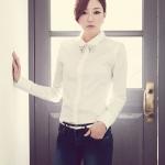 [พร้อมส่ง]Style by SZ เสื้อเชิ้ตผู้หญิง สีขาว ผ้าไหมสังเคราะห์ เนื้อนิ่ม มีประกาย คอปกประดับคริสตัล แต่งกระดุม ไหล่ฟองน้ำ