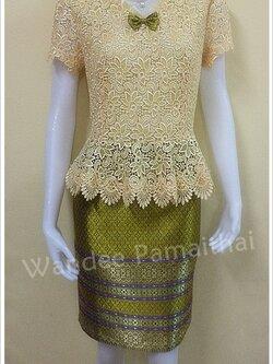 ชุดแซกลูกไม้นอกสอดดิ้นสีไข่คอระบายผ้าแก้ว กระโปรงแต่งด้วยผ้าไหมไทยสีเขียว เบอร์ L