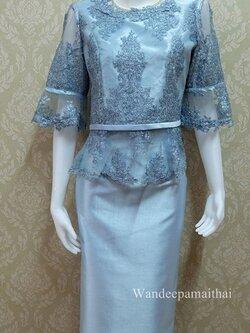 ชุดผ้าไหมอิตาลีอัดผ้ากาว ด้านหน้าแต่งด้วยลูกไม้อิตตาลีแซมดิ้น แขนสามส่วน เสื้อ+กระโปรงยาว เบอร์ 42 สีฟ้า