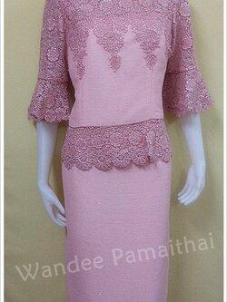 ชุดผ้าไหมญี่ปุ่นแต่งด้วยลูกไม้นอกสอดดิ้น ทั้งด้านหน้าและด้านหลัง เสื้อ+กระโปรงยาว สีชมพู เบอร 42
