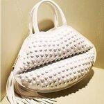 กระเป๋าแฟชั่น Luluhouse สีขาว รูปจูบ แต่งหมุดสุดเท่ เทรนด์ใหม่มาแรง ติด Top Magazine ดีไซน์แซบเวอร์ มีหูหิ้ว