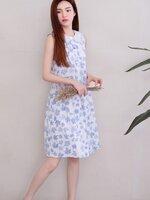 Dressกระโปรงผ้าฝ้ายสีขาว ลายใบไม้สีฟ้าคอบัว ปกคอบัวเป็นผ้าชีฟอง แขนกุด ผ้าเนื้อดีใส่สบาย มีสไตล์น่ารักมากค่ะ
