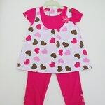 (พร้อมส่ง) Gymboree เสื้อแขนสั้นสีขาวลายหัวใจสีชมพู ติดดอกไม้ที่หน้าอก พร้อมเลคกิ้งเข้าชุด